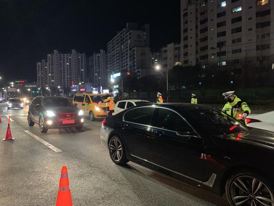 지난 5일 오후 대구시 달서구 유천네거리에서 경찰이 음주운전 단속을 하고 있다. [중앙포토]