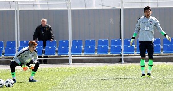 지난해 6월 20일 러시아 상트페테르부르크에서 열린 훈련에서 조현우와 김승규가 함께 구슬땀을 흘리고 있다. [뉴스1]