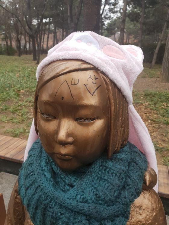 12일 오후 대구 중구 공평동 2·29기념중앙공원에 있는 평화의 소녀상 이마에서 낙서가 발견돼 경찰이 수사에 나섰다. [대구경찰청 제공]