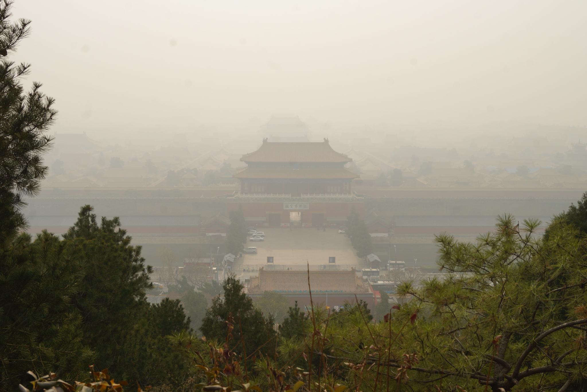 지난해 11월 26일 중국 베이징 징산공원에서 내려다본 자금성. 짙은 스모그로 누각들이 제대로 보이지 않았다. 베이징=강찬수 기자