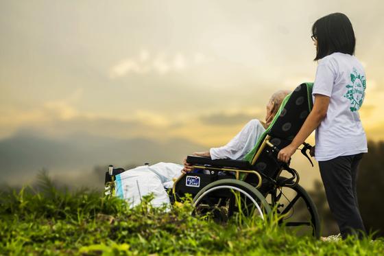 이 책은 다카라다 도요코의 가정에 맞춰 이야기가 진행된다. 55세 주부인 도요코는 정신은 있지만 운신하지 못하는 시어머니를 몇 년째 모시고 있다. [사진 pixabay]