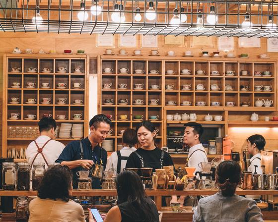 대구 로컬 카페 브랜드인 '커피맛을 조금 아는 남자'. 100평의 가게에 바리스타 11명이 근무한다. 가게엔 상장과 감사패 20여 개가 걸려 있다. [사진 커피맛을 조금 아는 남자]