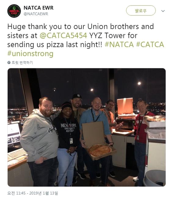 미국항공관제사조합(NATCA) 뉴어크국제공항 지부 SNS에는 캐나다 관제사들로부터 피자 선물을 받은 미국 관제사들의 감사 인사가 올라왔다.[트위터 캡처]