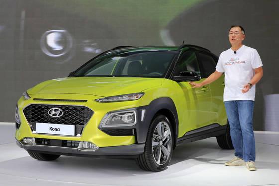 정의선 현대차 부회장이 글로벌 소형 SUV 코나 신차발표회에서 차량을 소개하고 있다. [현대차]