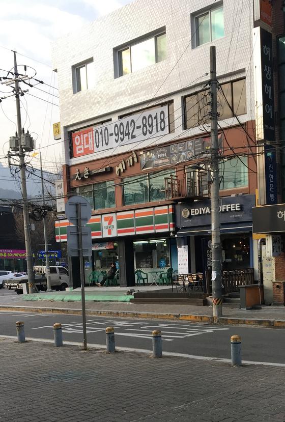 서울 쌍문동 덕성여대 앞 이마트24 쪽에서 바라본 세븐일레븐 쌍문점. 두 편의점 간 거리는 직선으로 45m, 횡단보도를 포함한 보행거리로는 57m다. 최연수 기자.