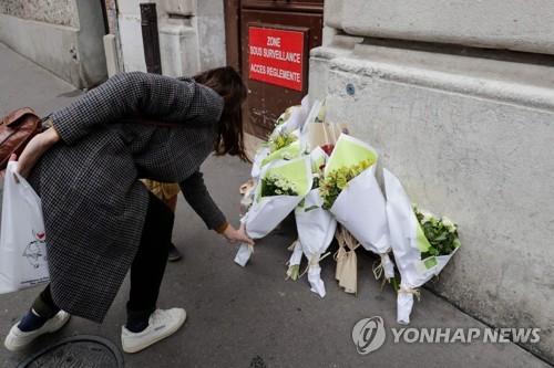 프랑스 파리 중심가 빵집에서 지난 12일(현지시간) 오전 9시쯤 가스누출로 추정되는 폭발사고가 일어났다. 사망자는 13일 오전까지 총 4명으로 집계됐다. [AFP=연합뉴스]