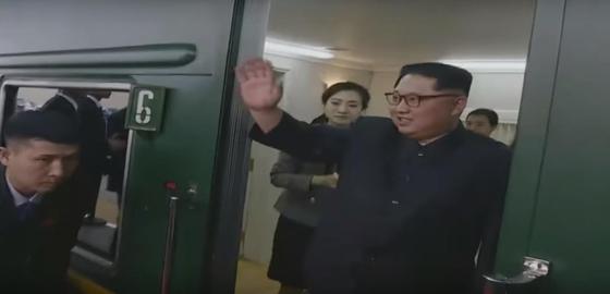 김정은 북한 국무위원장의 1,4차 방중 때 모습. 지난해 3월 1차 방중(위) 때와 지난 7일 4차 방중(아래) 당시 김 위원장이 탄 열차칸이 '6호차'를 의미하는 숫자 '6'이 선명하다. [조선중앙TV]