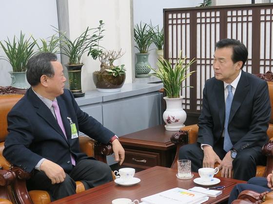 손학규 바른미래당 당대표(오른쪽)와 대화를 나누는 전상직 한국주민자치중앙회 대표회장