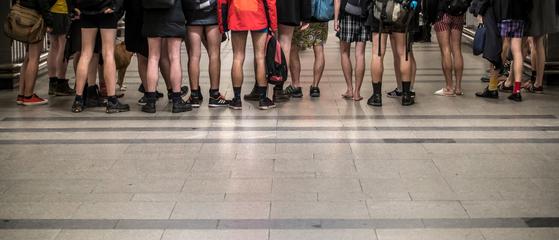 13일(현지시간) 체코 프라하에서 '노팬츠데이' 행사에 참여한 시민들. [UPI=연합뉴스]