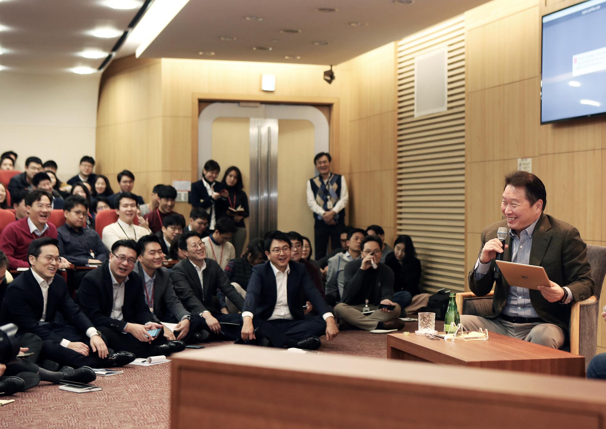 최태원 SK회장이 지난 8일 서울 종로구 SK서린빌딩에서 열린 '행복 토크'에서 구성원들과 행복키우기를 위한 작은 실천 방안들에 대해 토론하고 있다 [사진 SK]