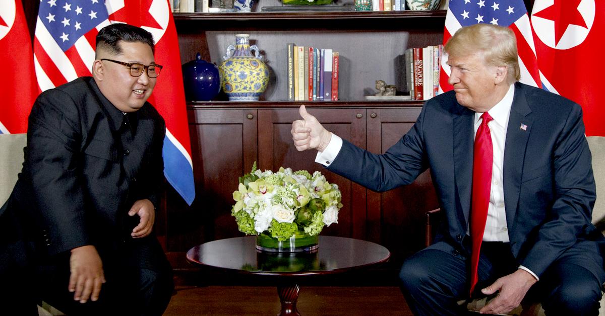 지난해 6월 12일 북미 1차 정상회담에서 도널드 트럼프 미국 대통령(오른쪽)이 김정은 북한 국무위원장을 향해 엄지손가락을 세워 보이고 있다. [AP=연합뉴스]