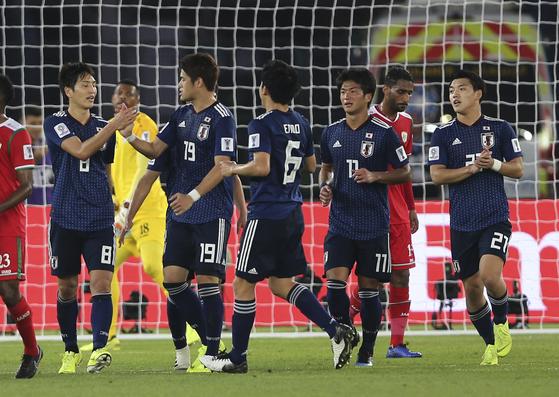 일본의 하라구치(맨 왼쪽)가 오만전에서 페널티킥골을 성공한 뒤 동료들과 기뻐하고 있다. [AP=연합뉴스]