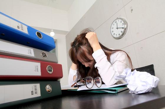 두통은 아프다는 느낌과 함께 뇌에 뭔가 문제가 생긴 것은 아닐까 하는 일말의 두려움이 생기는 경우가 많다. [중앙포토]