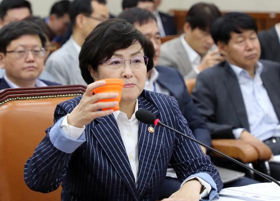 김은경 환경부 장관이 지난해 9월 12일 열린 국회 환경노동위원회 전체회의에서 물을 마시고 있다. [연합뉴스]