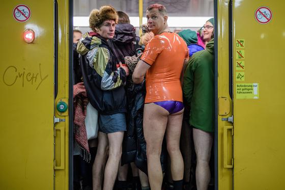 13일(현지시간) 독일 베를린에서 시민들이 '노팬츠데이'행사에 참여하고 있다. [EPA=연합뉴스]