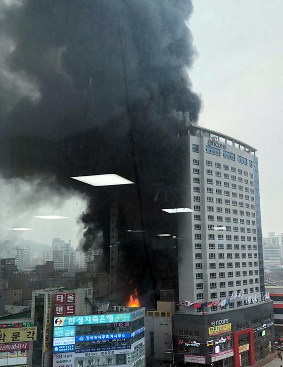 14일 오후 충남 천안시 서북구 라마다앙코르 호텔에서 불이 나 검은 연기가 치솟고 있다. [연합뉴스]