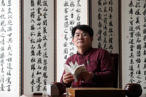 바둑에도 일가견이 있는 소설가 성석제가 10일 한국기원에서 중앙일보와 인터뷰를 진행했다. 우상조 기자