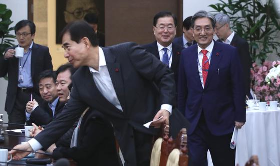 노영민 비서실장(오른쪽)이 14일 오후 청와대 여민관에서 열린 수석보좌관회의에 참석하고 있다. 청와대사진기자단