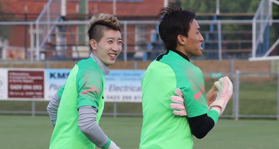 한국 골키퍼 김승규(오른쪽)와 조현우가 지난해 11월19일 호주에서 열린 우즈베키스탄과 평가전을 앞두고 즐겁게 훈련에 임하고 있다. [연합뉴스]