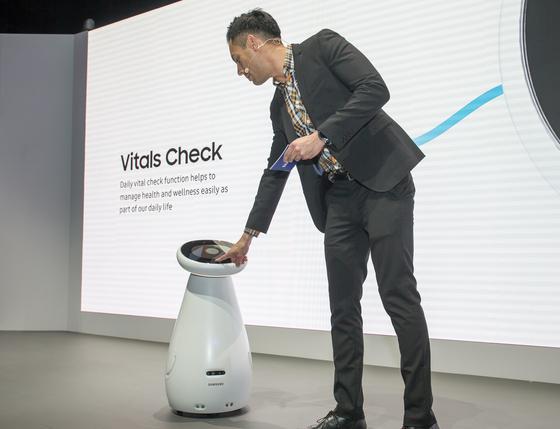 이번 CES에선 아마존과 구글 간 인공지능 대결이 치열했다. 혈압을 체크해주는 삼성전자 로봇 삼성봇. [삼성전자]