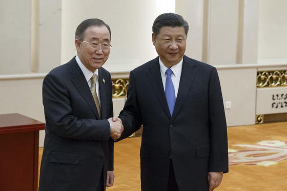 반기문 전 총장은 유엔 사무총장 퇴임 후에도 현역 외교관으로 다양한 활동을 해오고 있다. 사진은 시진핑 중국 국가주석과 지난해 11월 베이징 인민대회당에서 만나 회담에 앞서 악수하는 모습.    [AP=연합]