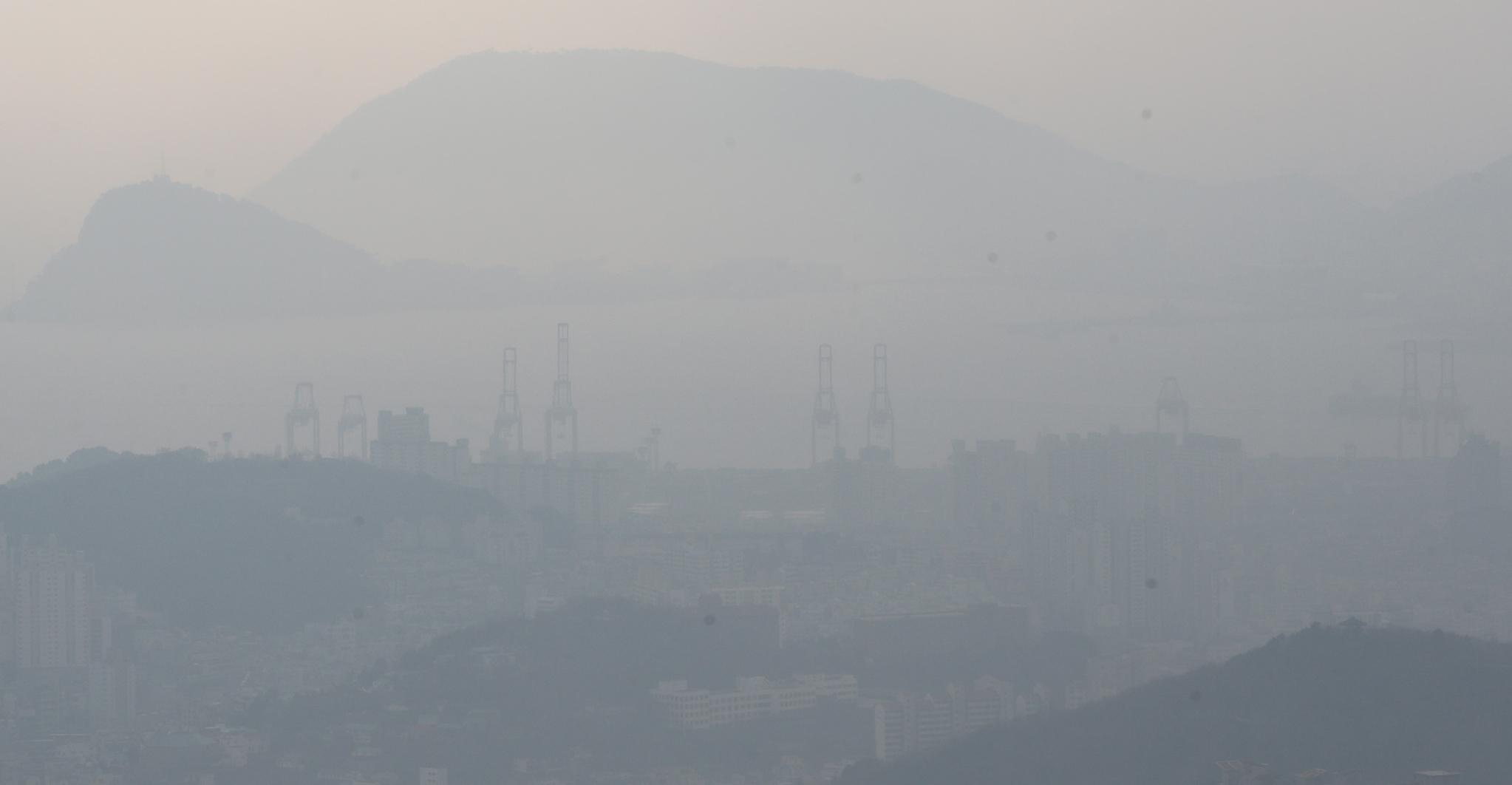 전국 대부분 지역에서 초미세먼지 농도가 '나쁨' 수준을 보이며 수도권에 올해 첫 미세먼지 비상저감조치가 시행 된 13일 오전 부산 남구 황련산에서 바라본 부산 시내가 뿌옇게 보이고 있다.송봉근 기자