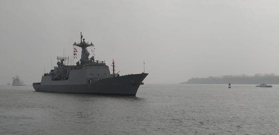 한국 해군 순항훈련전단 소속 충무공이순신함이 14일 오전 마지막 기항지인 중국 상하이의 우쑹(吳淞) 인민해방군 해군항 부두에 들어오고 있다. [해군 제공]