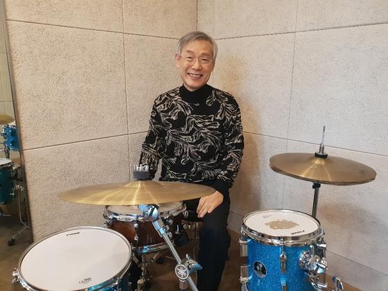 백 교장이 아름다운인생학교 내 교실에 있는 드럼 앞에서 포즈를 취하고 있다. 그는 은퇴 후 지인들과 함께 밴드를 만들어 활동하기도 했다. 서지명 기자