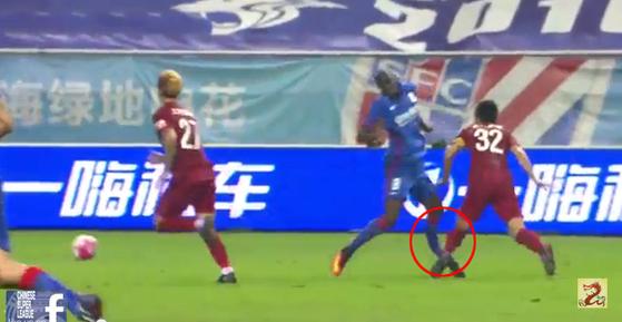 중국프로축구 상하이 선화 공격수 뎀바 바는 2016년 다리가 꺾이는 부상을 당했다 [사진 유투브 캡처]