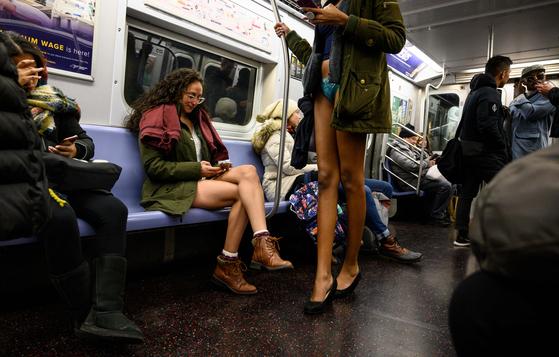 13일(현지시간) 미국 뉴욕 맨하탄에서 시민들이 '노팬츠데이'행사에 참여하고 있다. [AFP=연합뉴스]