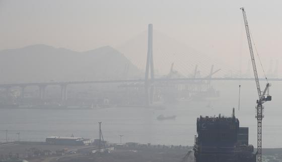 전국적으로 미세먼지가 나쁨 상태를 보인 14일 오전 부산 동구 수정동에서 바라본 부산항 일대가 뿌옇게 보이고 있다. 송봉근 기자