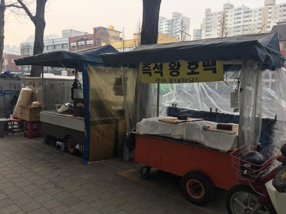 14일 서울 홍제역 인근 노점상들이 미세먼지 여파로 문을 닫은 모습.