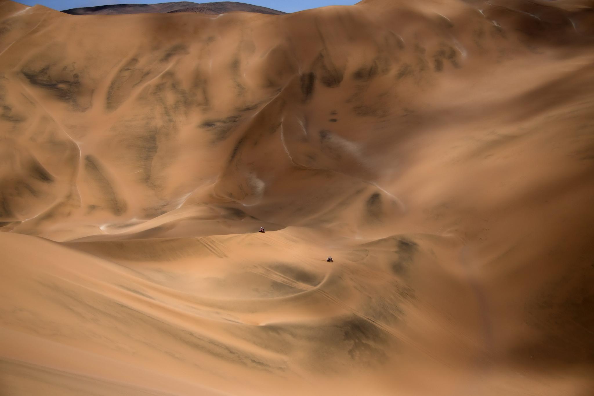 2019 다카르 랠리 바이크 경주자들이 다섯번째 스테이지를 달리고 있다. 광막한 사막에 엔진음이 울려퍼지고 모래 먼지가 가늘게 피어오른다. [AFP=연합뉴스]