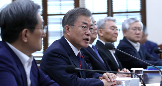14일 오후 청와대 여민관에서 열린 수석보좌관회의에서 문재인 대통령(왼쪽 두 번째)이 모두발언을 하고 있다. [청와대사진기자단]