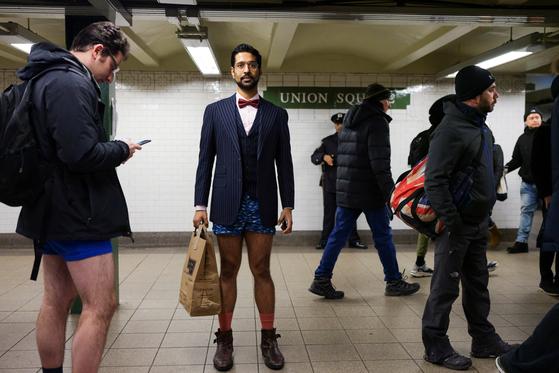 13일(현지시간) 미국 뉴욕 맨하탄에서 시민들이 '노팬츠데이'행사에 참여하고 있다. [로이터=연합뉴스]