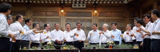 문재인 대통령이 2017년 7월 27일 오후 청와대 상춘재에서 주요 기업인들을 초청해 개최한 '주요 기업인과의 호프미팅'에서 참석자들과 함께 건배하는 모습. 청와대 사진기자단