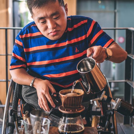 '커피맛을 조금 아는 남자' 김현준(40) 대표가 커피를 내리고 있다. 그는 지체장애 1급으로 휠체어를 타고 생활한다. [사진 커피맛을 조금 아는 남자]