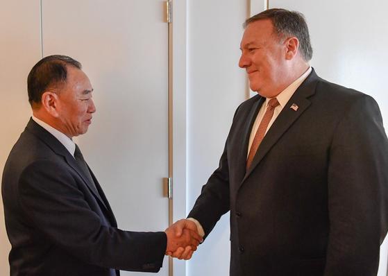 지난 해 11월 미국 뉴욕에서 만난 김영철(왼쪽)과 폼페이오.