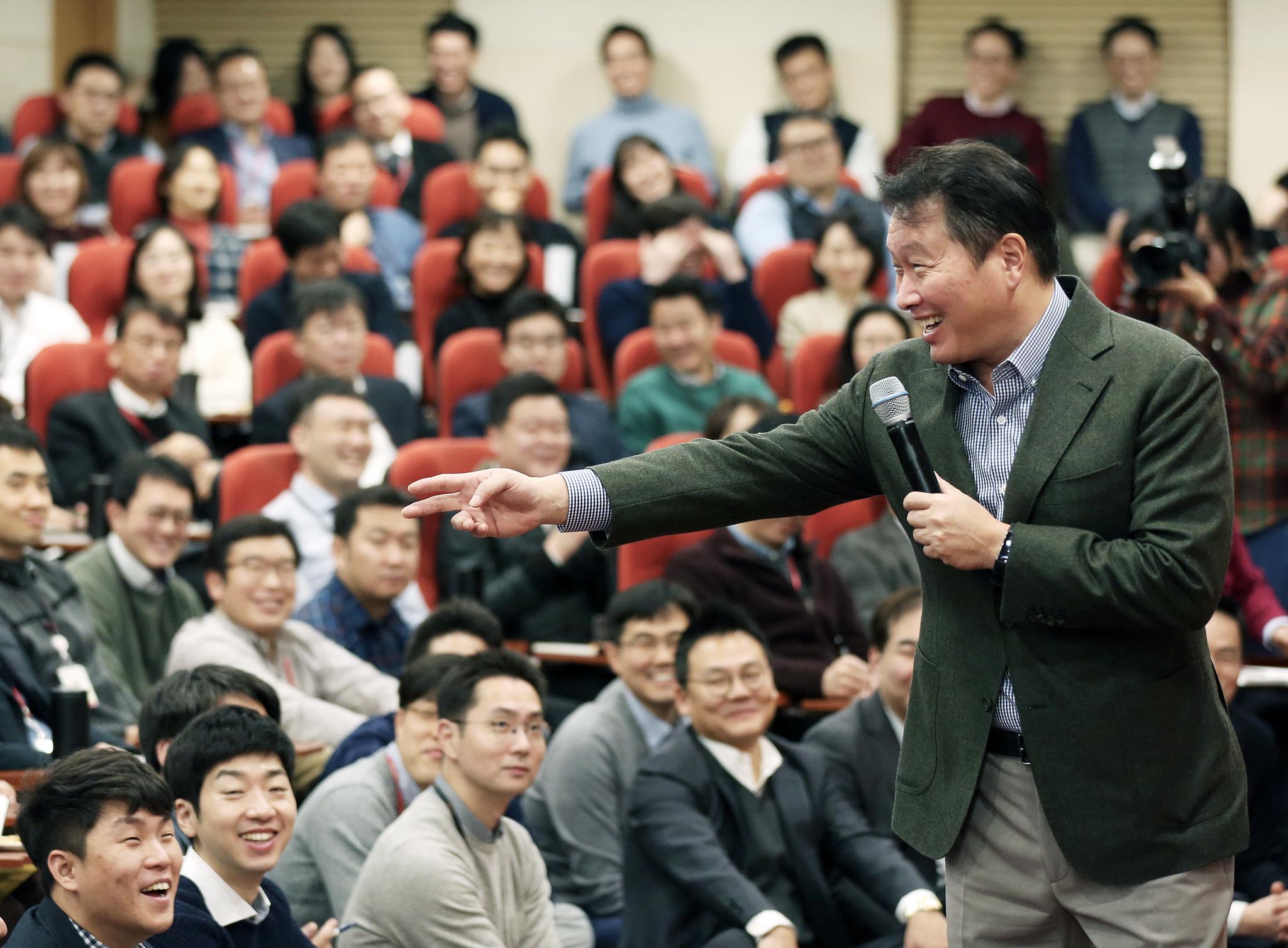 최태원 SK회장이 지난 8일 서울 종로구 SK서린빌딩에서 열린 '행복 토크'에서 구성원들과 행복키우기를 위한 작은 실천 방안들에 대해 토론하고 있다. [사진 SK]