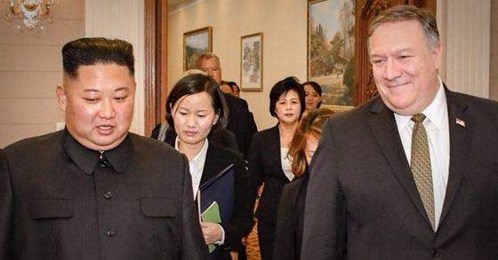 북한을 방문한 마이크 폼페이오 미국 국무부 장관이 지난 10월 7일 김정은 북한 국무위원장과의 회동 사실을 알렸다. 폼페이오 장관은 이날 오후 5시20분쯤 자신의 트위터를 통해 김 위원장과의 만남을 담은 사진을 공개했다. [사진 폼페이오 장관 트위터 캡처]