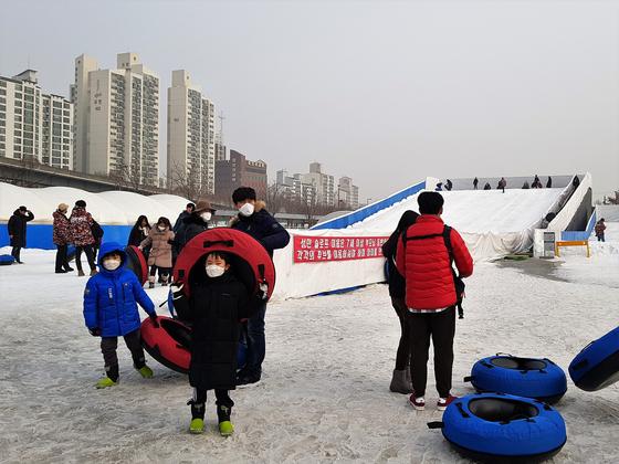 서울 광진구의 뚝섬유원지눈썰매장에서 사람들이 마스크를 쓴 채로 썰매를 타고 있다. 편광현 기자