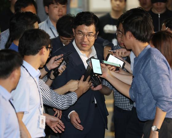 송인배 청와대 정무비서관이 지난해 8월 12일 드루킹 특검 사무실에서 참고인 조사를 받고 나서며 취재진의 질문을 받고 있다. [연합뉴스]