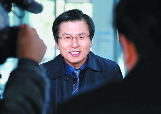 황교안 전 국무총리가 지난해 11월 서울대학교에서 열린 강연에 참석하고 있다. 황 전 총리는 15일 자유한국당에 입당하며 기자간담회를 열고 전당대회 출마 등에 대한 입장을 밝힐 예정이다. [뉴시스]