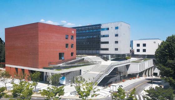 100주년기념관 전경. 지하 3층, 지상 6층에 연면적 2만782.2㎡ 규모로 국제회의 장·강의실·실내체육관·도서관·평생교육관·창업지원단 등이 들어섰다.