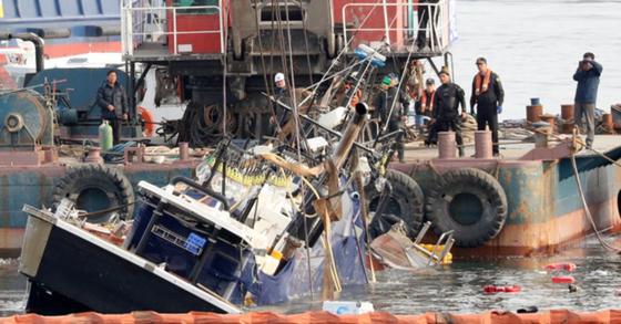 14일 인양된 무적호 선내에서 실종자 2명 중 1명의 시신이 발견됐다. 이에 따라 전복 사고 사망자는 4명으로 늘었고, 실종자는 1명으로 줄었다. [뉴스1]