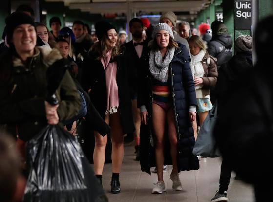 13일(현지시간) 미국 뉴욕 맨하탄에서 시민들이 '노팬츠데이'행사에 참여하고 있다. [UPI=연합뉴스]