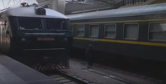 베이징역에 도착하는 김 위원장의 전용열차. 작년에는 열차 앞쪽 기관차 번호가 선명하게 노출됐지만(아래) 지난 7일 기록영화에서는 원거리에서 촬영한 화면을 내보냈다. [조선중앙TV]