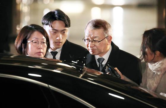 전직 대법원장으로는 사상 처음으로 검찰 조사를 받은 양승태 전 대법원장(오른쪽 두 번째)이 지난 11일 오후 서울중앙지검을 나서고 있다. [연합뉴스]