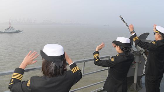 한국 해군 순항훈련전단 소속 충무공이순신함 탄 해군사관학교 생도들이 14일 오전 마지막 기항지인 중국 상하이의 우쑹(吳淞) 인민해방군 해군항 부두에 들어오면서 손을 흔들고 있다. [해군 제공]
