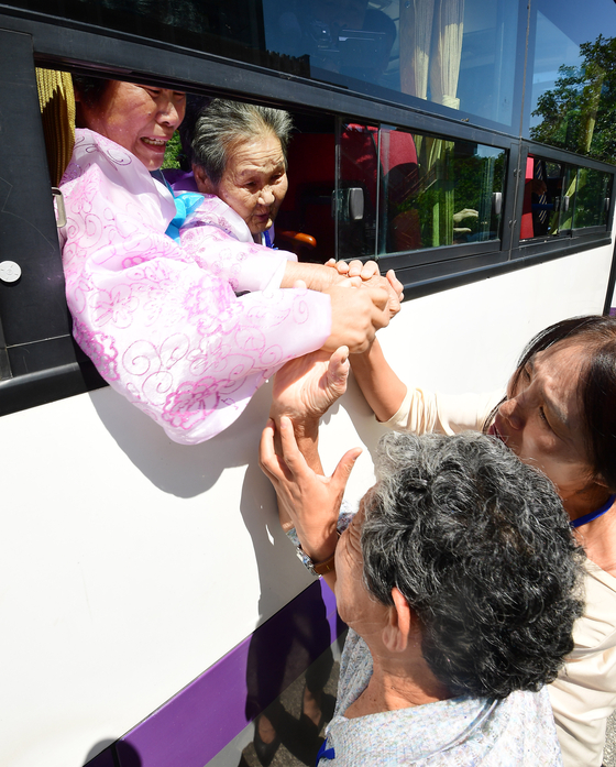 지난해 8월 2박 3일간의 상봉행사를 마친 이산가족이 눈물을 훔치며 작별 인사를 하고 있다. [사진공동취재단]